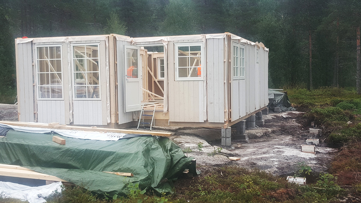 Her ser du en det bygges hytte dag 2. Foto
