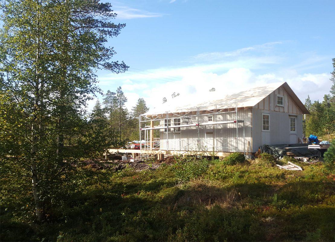 Bilde av hytte som bygges dag 7-21. Foto